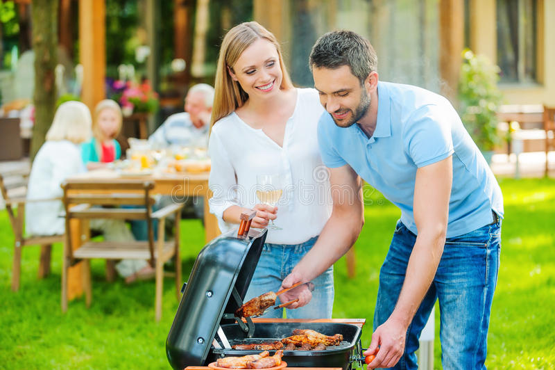 Barbecue della famiglia immagini stock