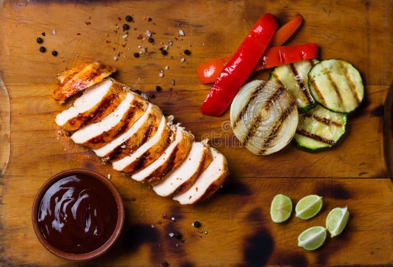 Barbecue geroosterde kip en groenten op houten scherpe raad royalty-vrije stock fotografie