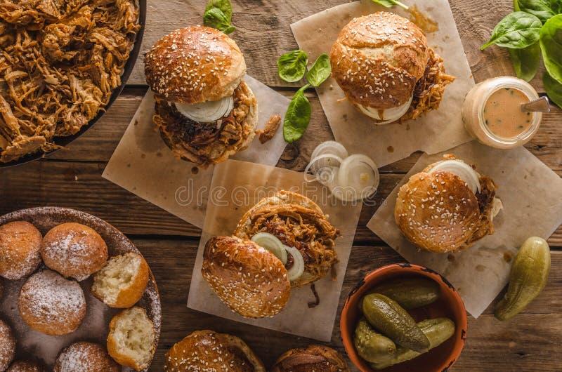 Barbecue getrokken varkensvleeshamburger stock foto's