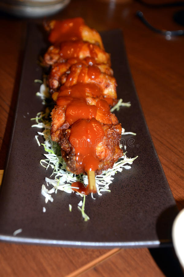 Barbecue japonais Poulet de Yakitori d'un plat avec de la sauce délicieuse photos stock