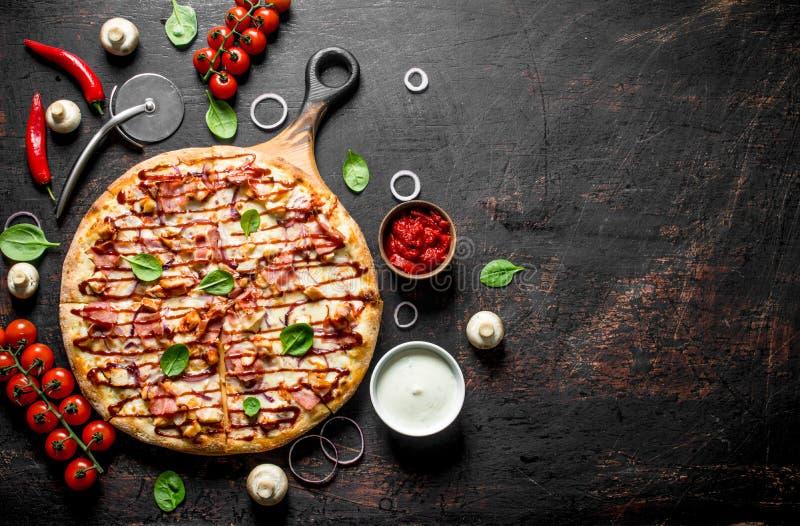 Barbecue knapperige pizza met bacon royalty-vrije stock fotografie