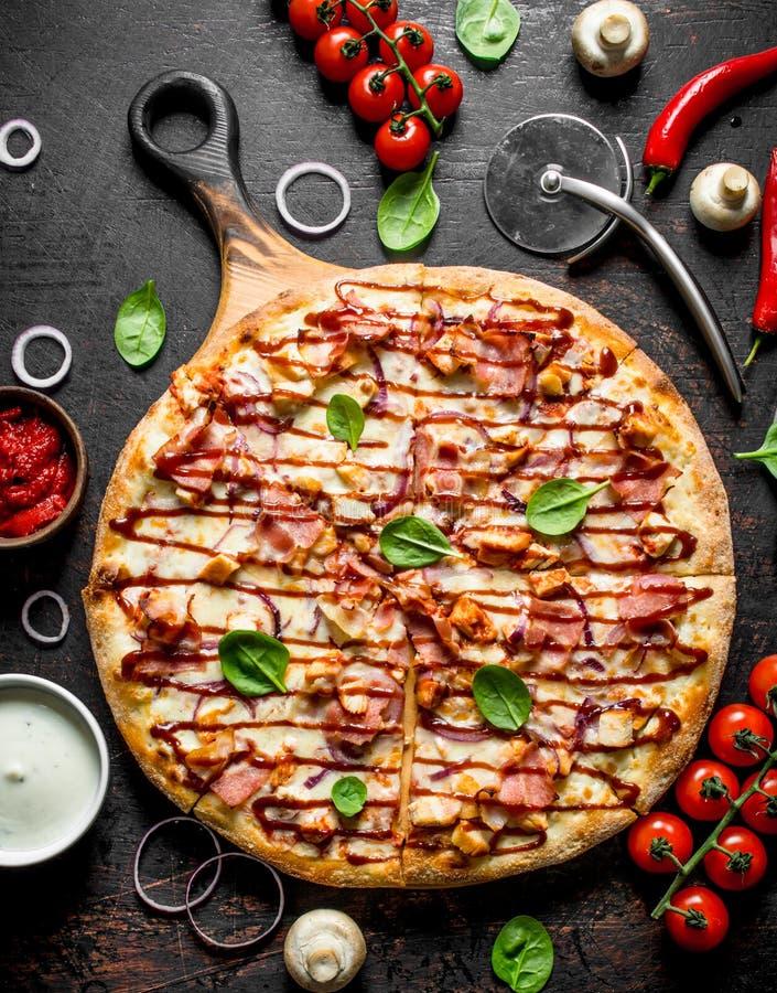 Barbecue knapperige pizza met bacon royalty-vrije stock foto