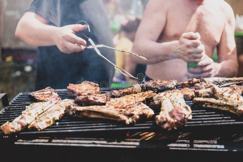 Barbecue, kokend vlees Rust in het weekend royalty-vrije stock foto's