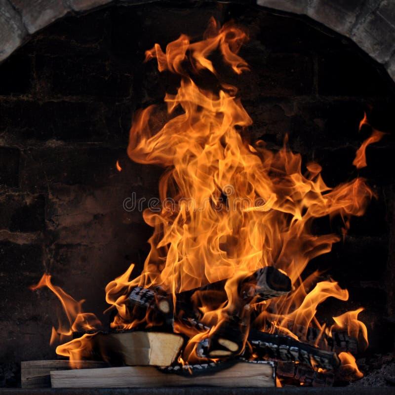 Barbecue met brand stock afbeelding