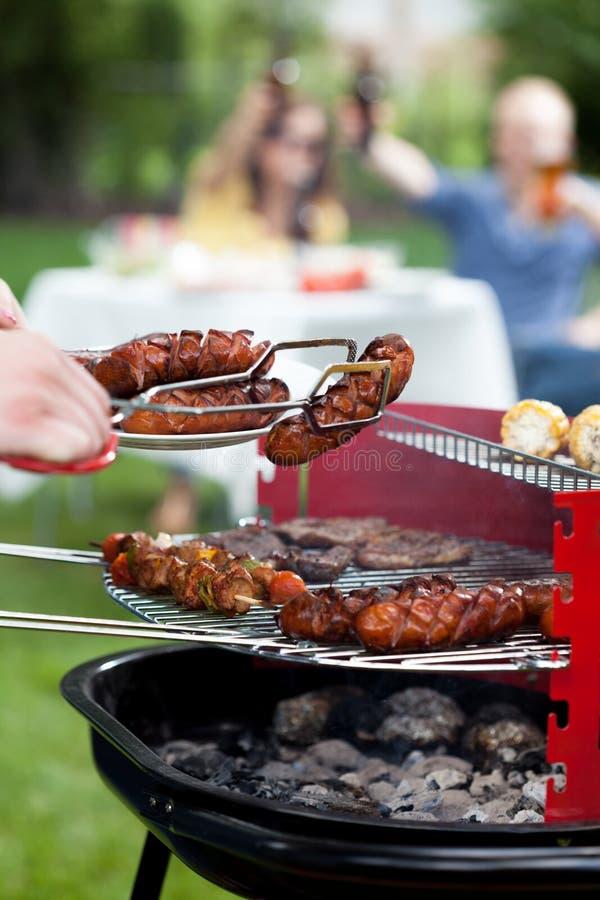 Barbecue met geroosterde worsten royalty-vrije stock foto