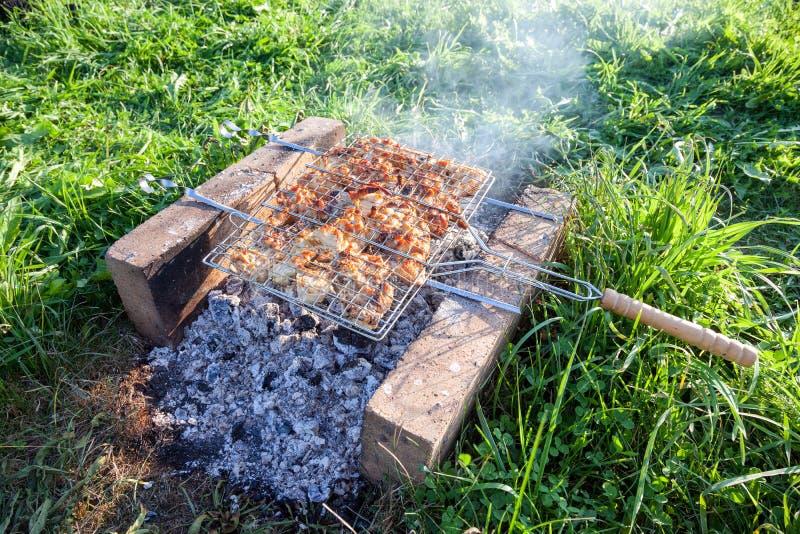 Barbecue met heerlijk geroosterd vlees stock afbeelding