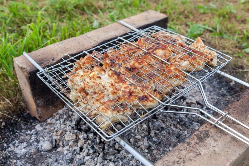 Barbecue met heerlijk geroosterd vlees royalty-vrije stock afbeelding
