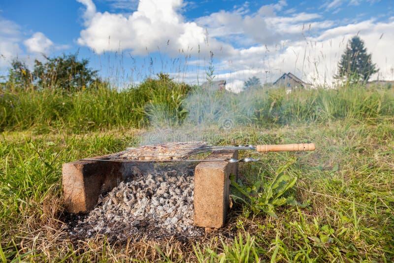 Barbecue met heerlijk geroosterd vlees royalty-vrije stock afbeeldingen