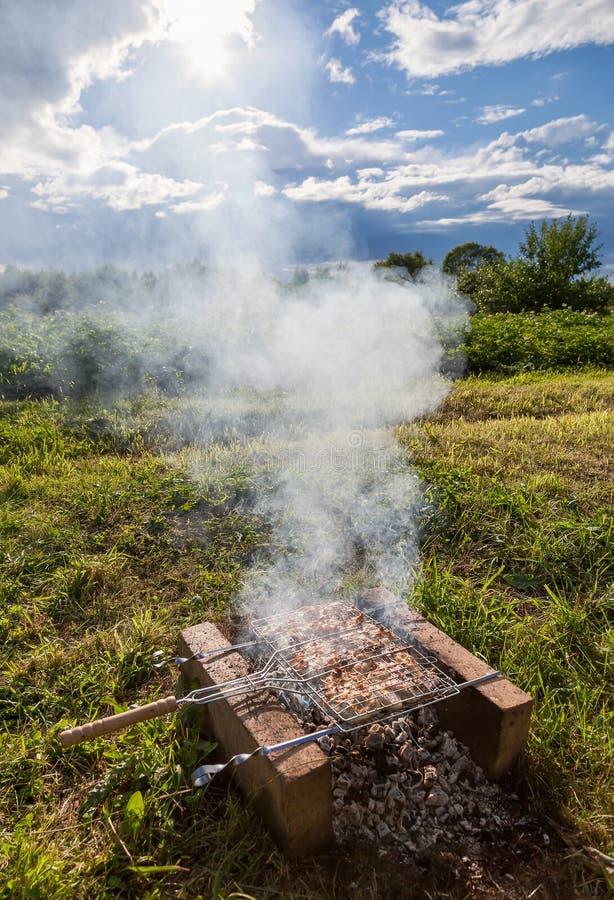 Barbecue met heerlijk geroosterd vlees royalty-vrije stock foto's