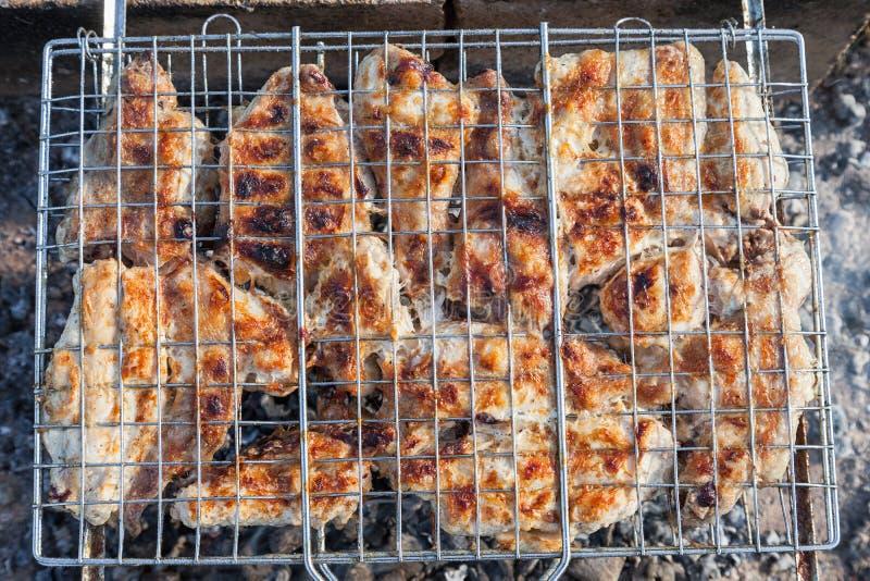 Barbecue met heerlijk geroosterd vlees bij de grill stock foto