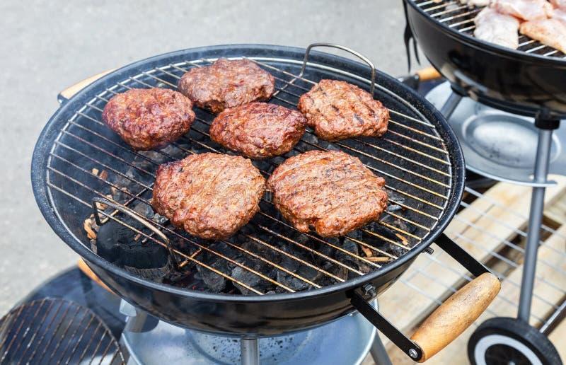 Barbecue met heerlijk vlees op de hete steenkolen van grill stock afbeeldingen