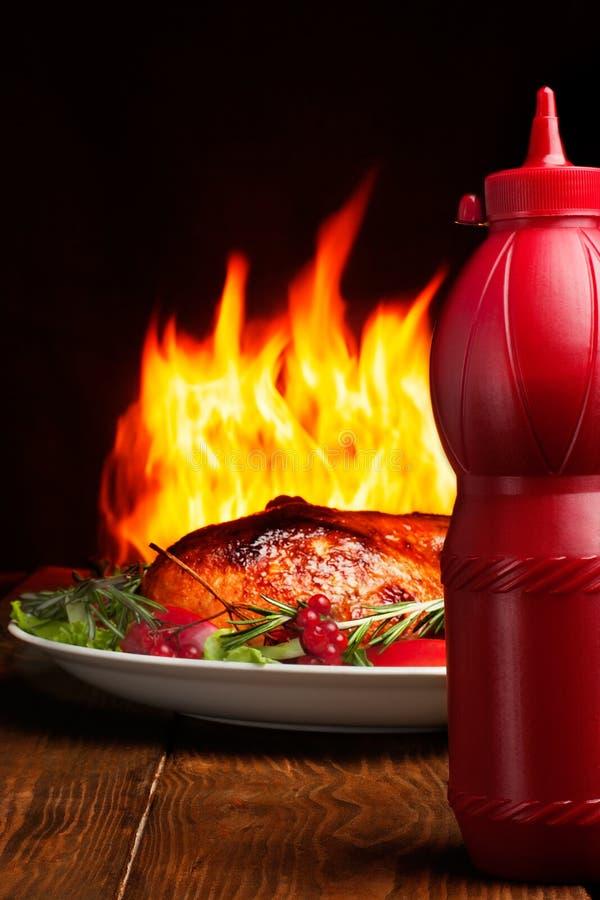 Barbecue met ketchup stock fotografie