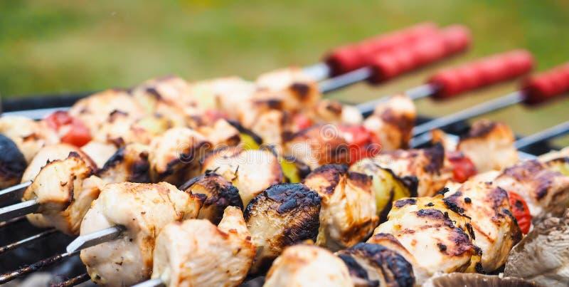 Barbecue met kip en groenten op spear stock afbeeldingen