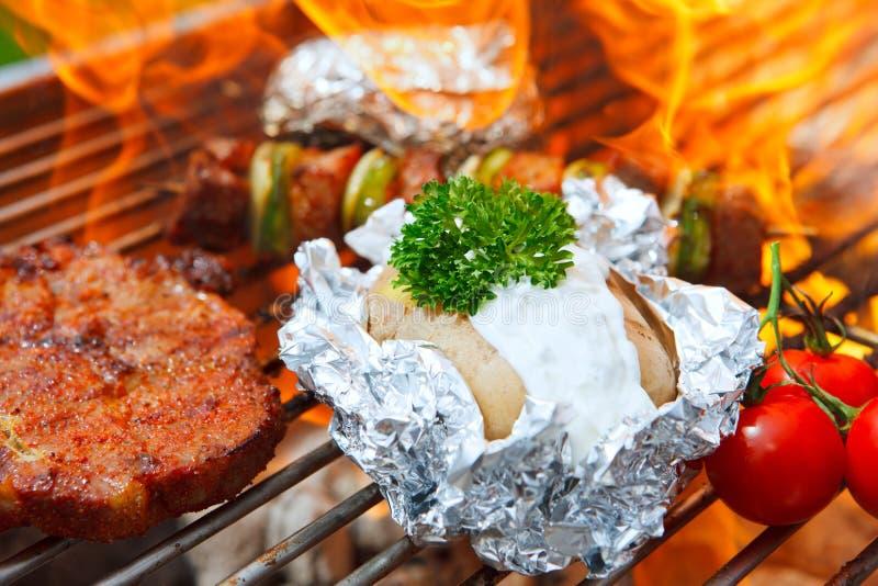Barbecue met vlammen stock foto