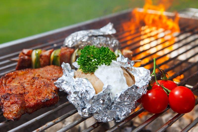 Barbecue met vlammen royalty-vrije stock foto