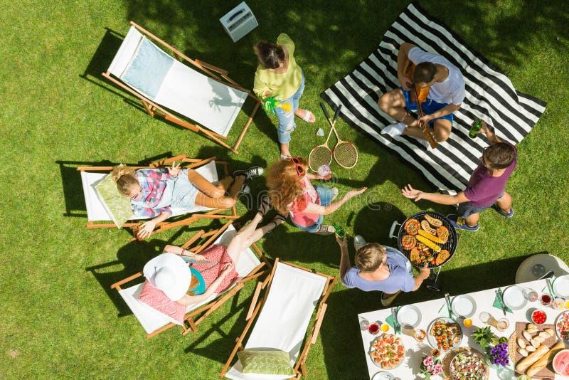 Barbecue met vrienden stock fotografie