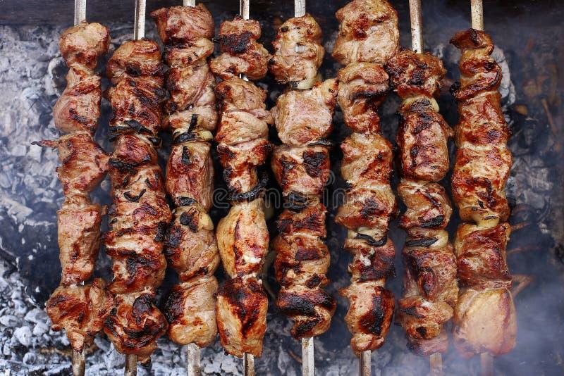 Barbecue in natura di estate Carne suina nel fumo sui carboni, alimento sano, primo piano, vista superiore fotografie stock libere da diritti
