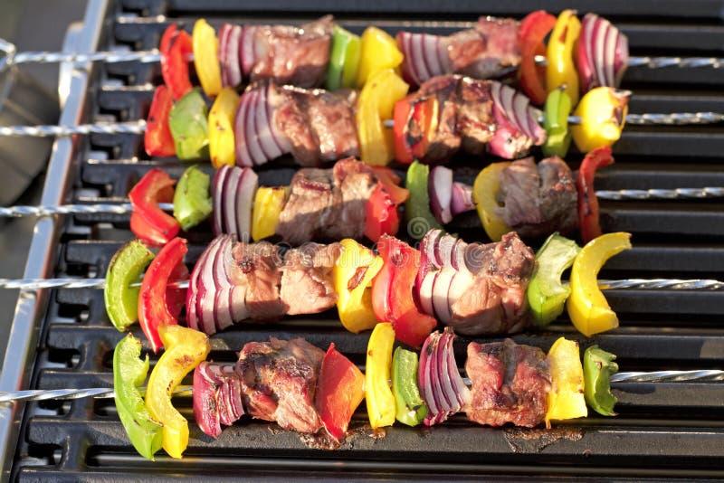 barbecue No espeto com pimentas e a cebola grelhadas, na grade quente fotografia de stock