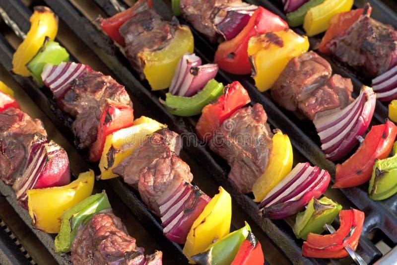 barbecue No espeto com pimentas e a cebola grelhadas, na grade quente imagens de stock royalty free