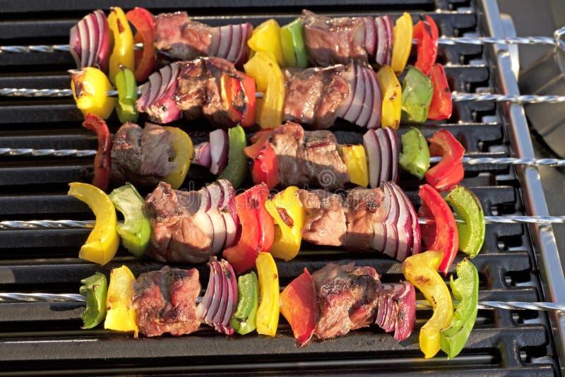 barbecue No espeto com pimentas e a cebola grelhadas, na grade quente fotos de stock
