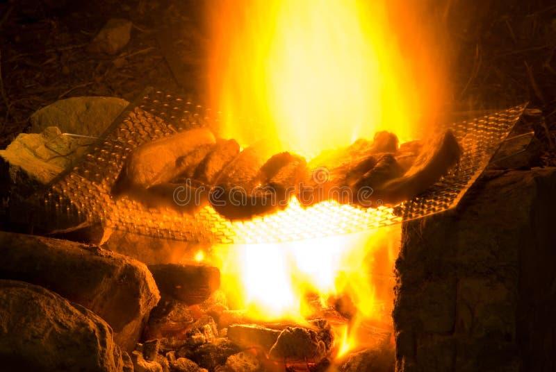 Barbecue op een eenvoudige manier in wildernis stock foto's