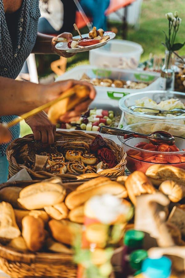 Barbecue op een lijst in de tuin met gezond vegetarisch voedsel stock afbeeldingen