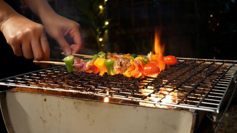 Barbecue Spicy dispara sobre a churrasqueira Produtos hortícolas, carne de porco e frango grelhados com pimentos para sino Churra imagem de stock