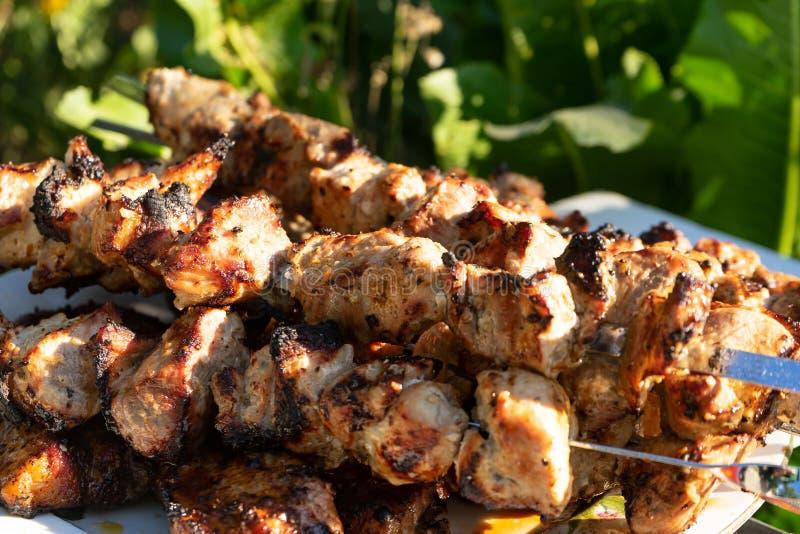 Barbecue sur le gril Morceaux de viande prêts à l'emploi sur des brochettes photo stock