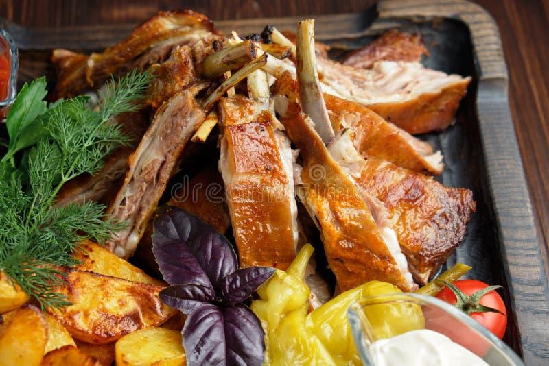 Barbecue sur les os avec légumes et pommes de terre menu restauration photographie stock