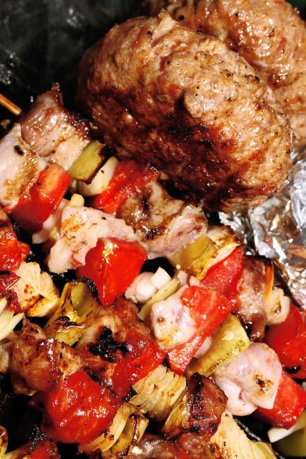 Barbecue - viande avec des légumes sur un bâton images libres de droits