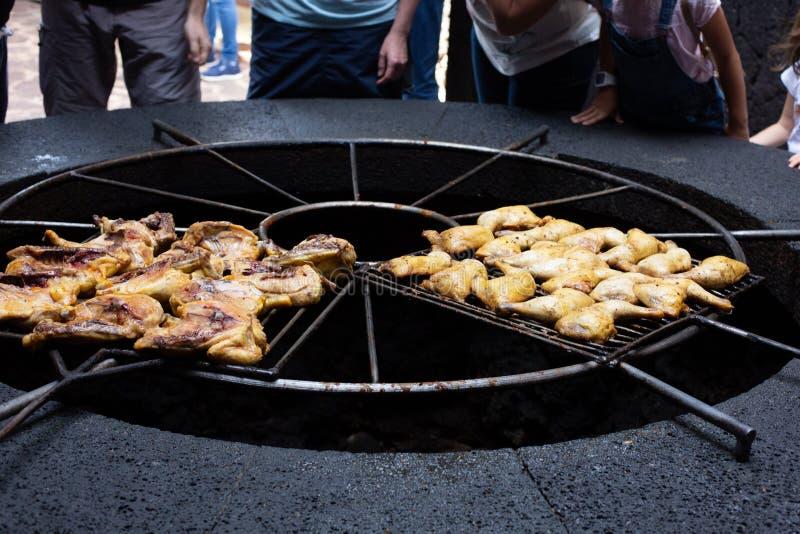 Barbecue volcanique en EL Diablo Restaurant Parc national de Timanfaya sur l'île de Lanzarote, Espagne photos stock