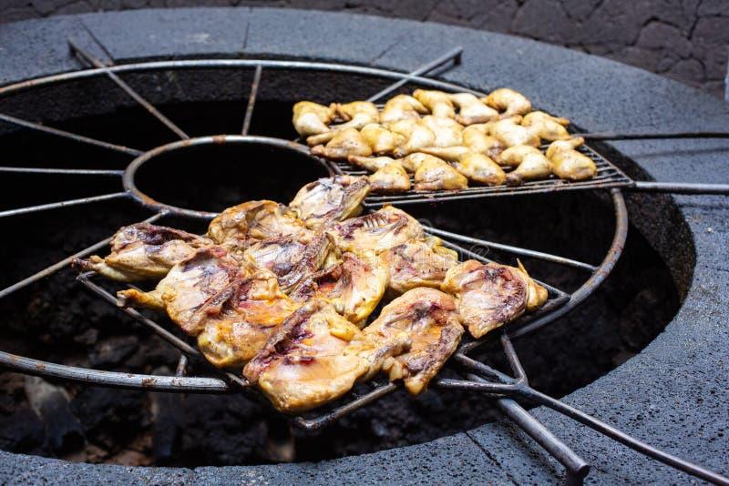 Barbecue volcanique en EL Diablo Restaurant Parc national de Timanfaya sur l'île de Lanzarote, Espagne photo libre de droits