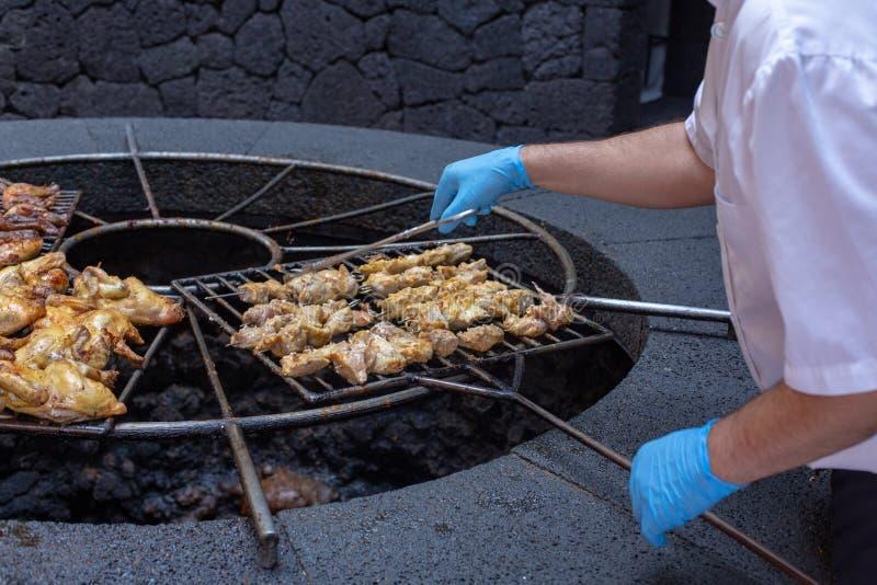Barbecue volcanique en EL Diablo Restaurant Parc national de Timanfaya sur l'île de Lanzarote, Espagne photo stock