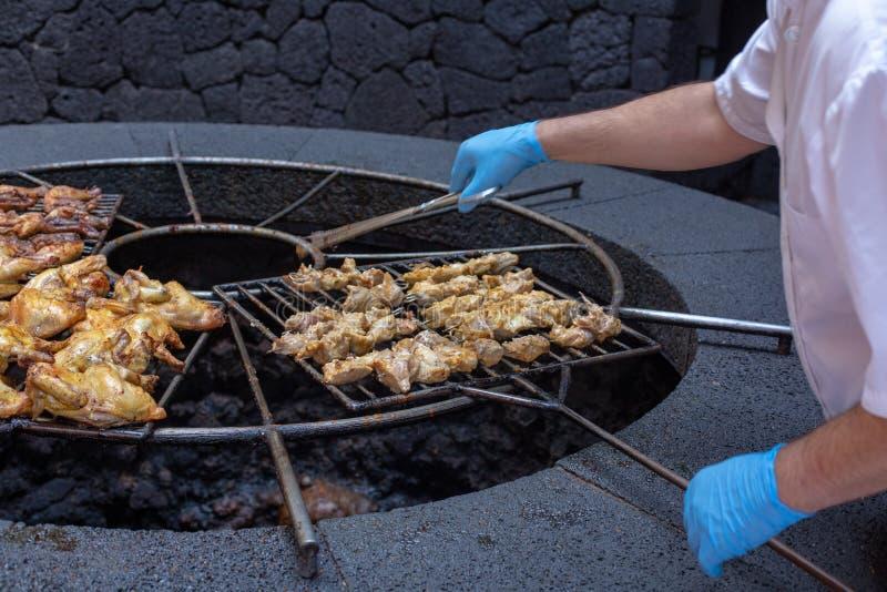 Barbecue volcanique en EL Diablo Restaurant Parc national de Timanfaya sur l'île de Lanzarote, Espagne image stock