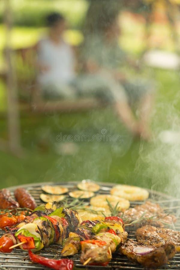 Barbecue voor diner stock foto's
