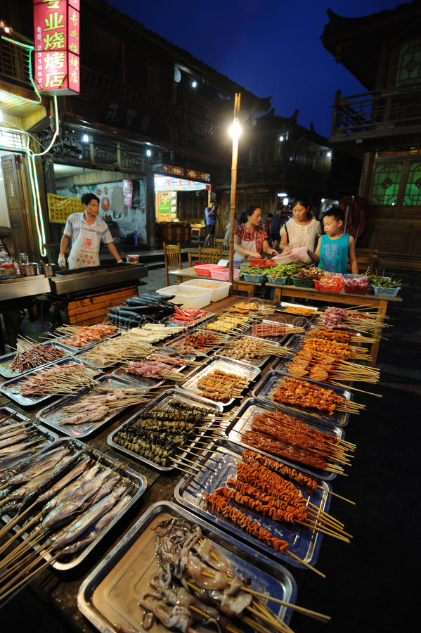 Barbecued еда улицы на ноче стоковые фото