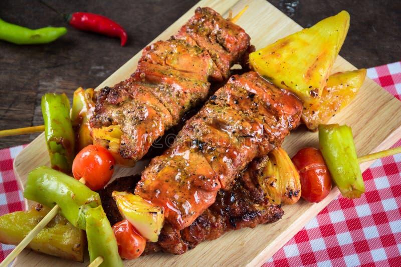 Barbecued мясо и овощ на деревянной прерывая доске стоковое изображение rf