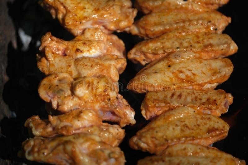 Barbecued цыпленок Kebabs на гриле угля стоковые фотографии rf