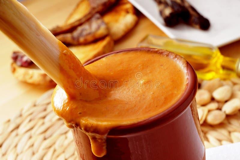Barbecued calcot, słodka cebula, zamaczająca w romesco kumberlandzie typowy o obraz royalty free