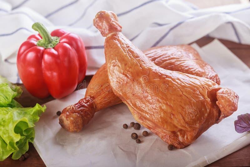 Barbecued kurczaków warzywa i drumsticks obrazy royalty free