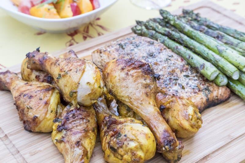 Barbecued kurczak, łosoś i asparagus Zamknięty Up -2, zdjęcie royalty free