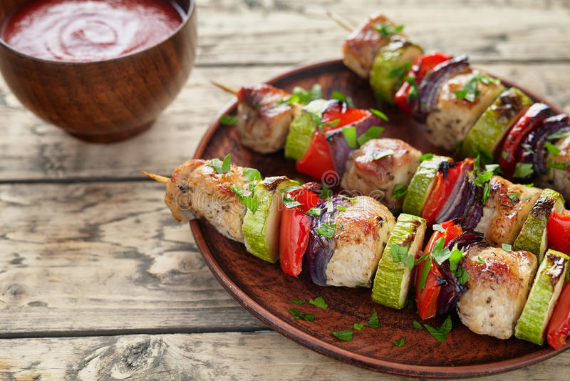 Barbecued a mariné des brochettes de chiche-kebab de viande de dinde ou de poulet photographie stock
