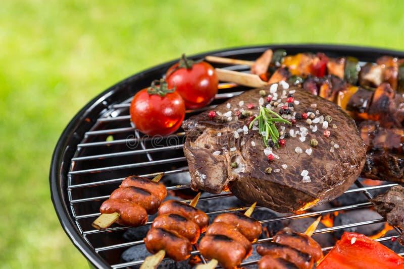 Barbecuegrill met diverse soorten vlees royalty-vrije stock foto