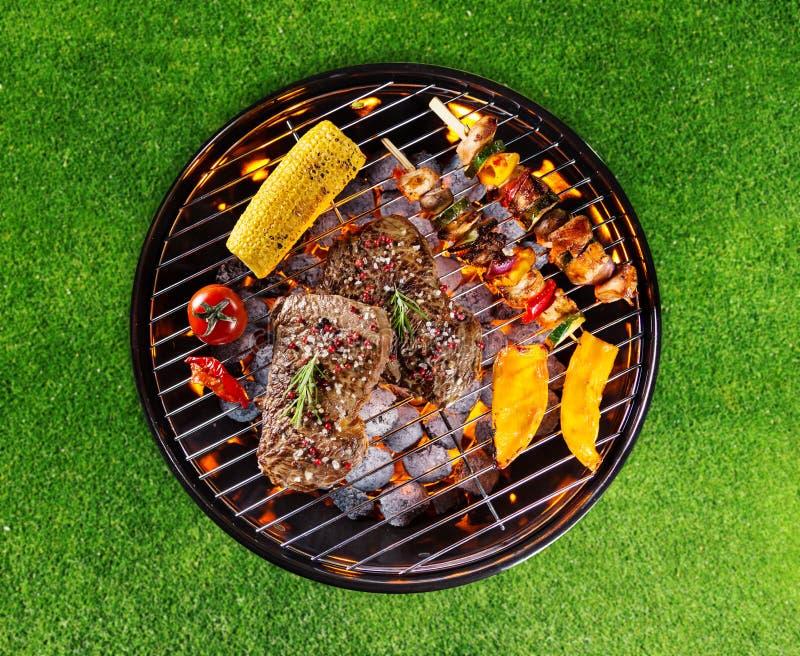 Barbecuegrill met diverse soorten vlees stock fotografie
