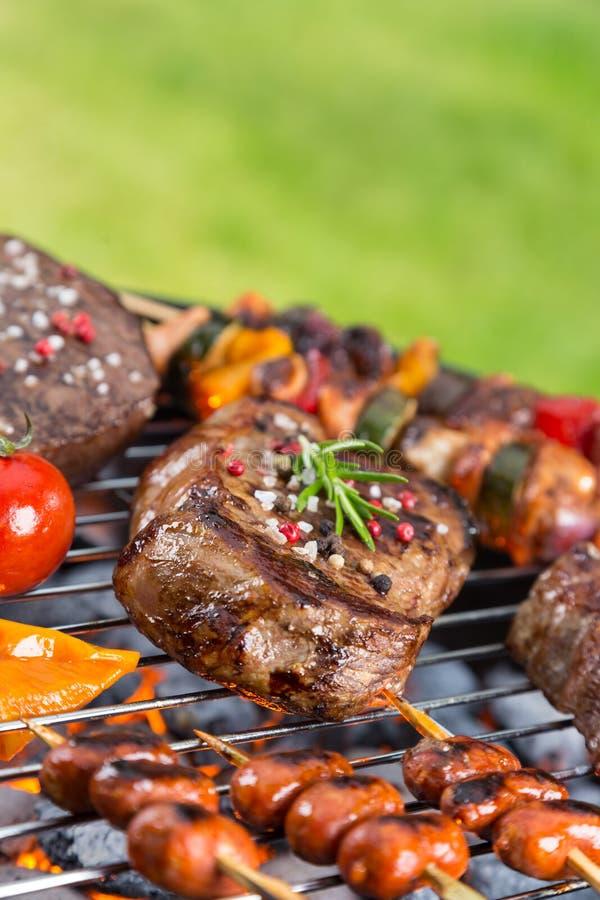 Barbecuegrill met diverse soorten vlees royalty-vrije stock foto's