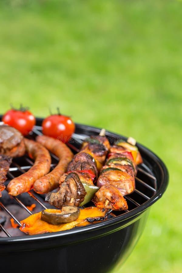 Barbecuegrill met diverse soorten vlees stock foto