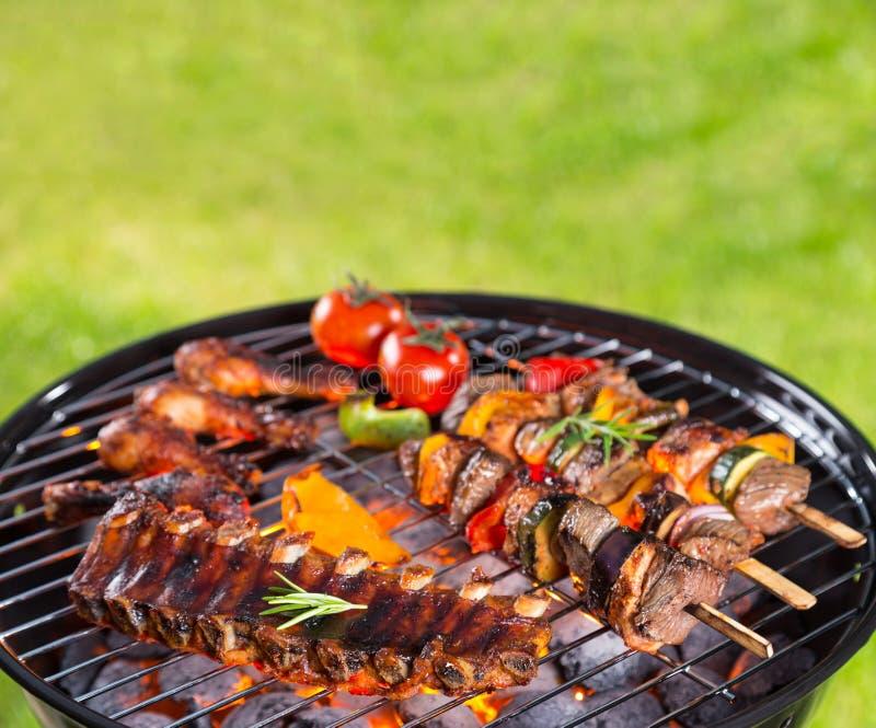 Barbecuegrill met diverse soorten vlees royalty-vrije stock afbeelding