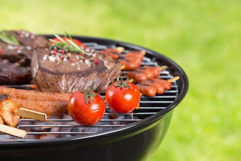 Barbecuegrill met diverse soorten vlees stock foto's