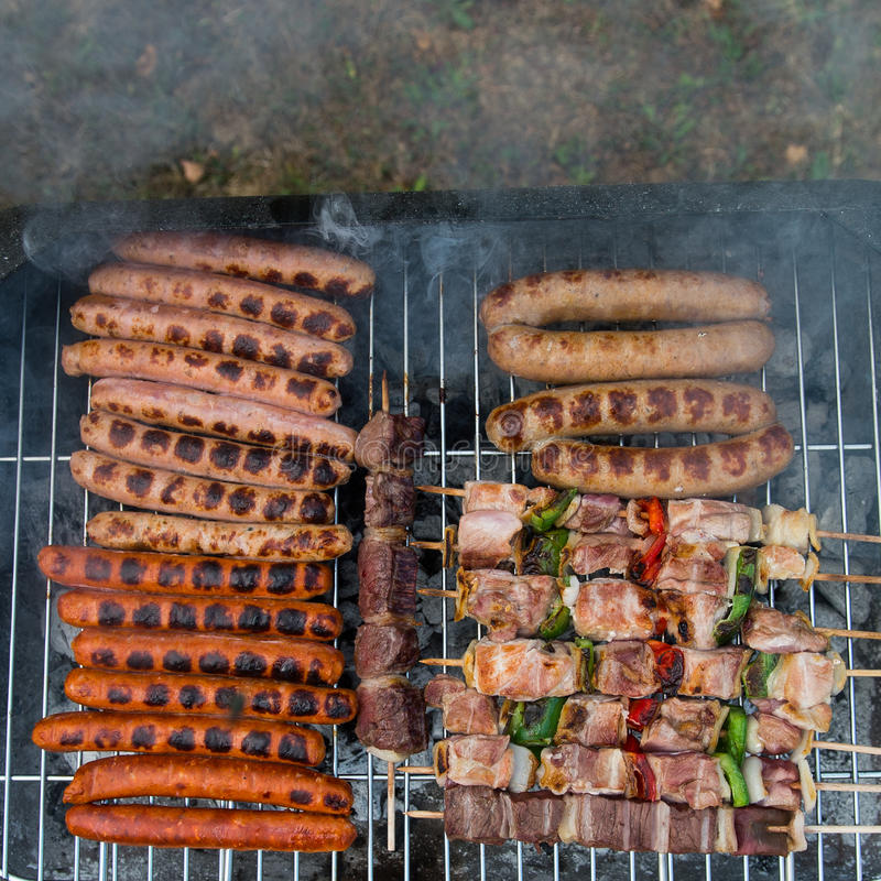 Barbecuegrill met diverse soorten vlees stock afbeeldingen