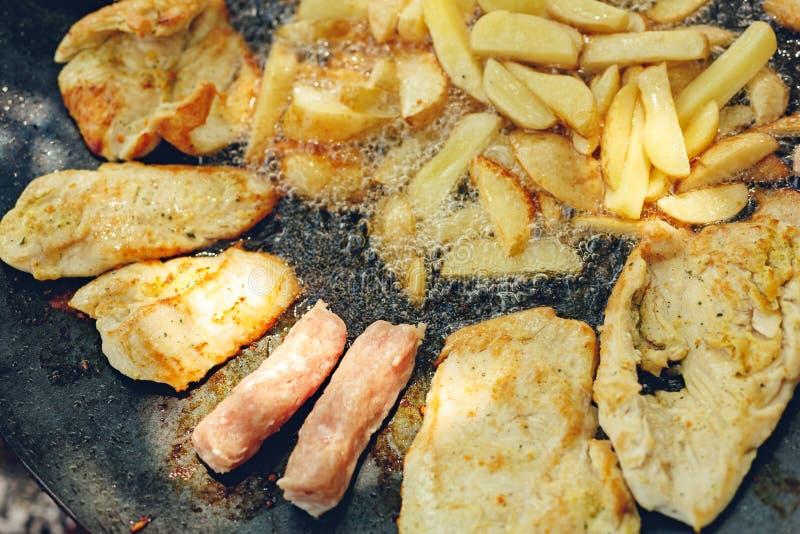 Barbecuegrill met diverse soorten vlees met aardappel royalty-vrije stock afbeeldingen